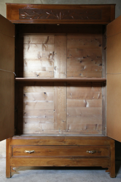 Antieke Notenhouten Linnenkast Collectie Inndoors